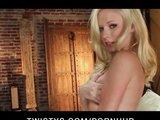 Blonde Schlampe mit geilen Strapsen masturbiert