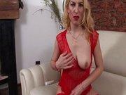 Blonde Milf zeigt Hängetitten beim Solo Sex