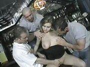Sexbombe mit großen Glocken verführt drei Typen
